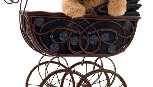 Starszy pan tworzy wózki dla lalek