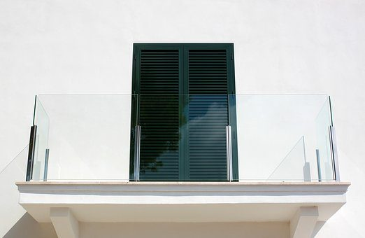 Chroń balkon przed wilgocią stosując okapniki