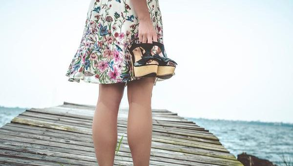 Modne sandały na koturnie