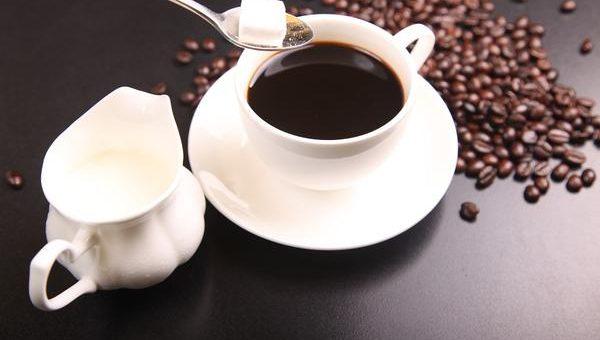 Duży wybór kaw ziarnistych w sklepach